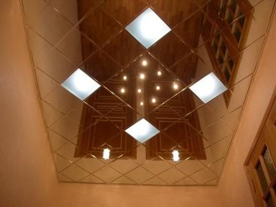 Зеркальный потолок в ванной мозаика