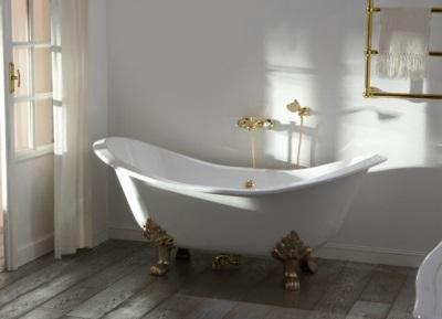 Чугунная ванна на ножках в классическом стиле