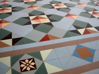 Укладка напольной плитки ковром