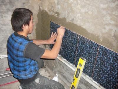 Укладка первого ряда настенной плитки
