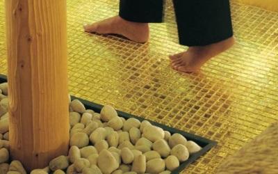 Стеклянная мозаика для пола в ванной
