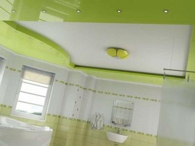 Потолочный светильник и точечные лампы для ванной комнаты