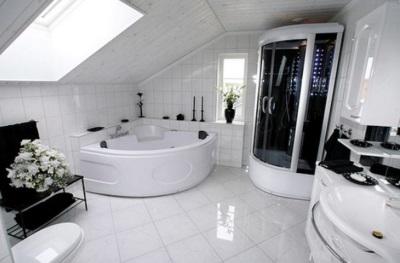 Черные аксессуары в ванной комнате белого цвета