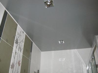 Сатиновый натяжной потолок в ванной комнате