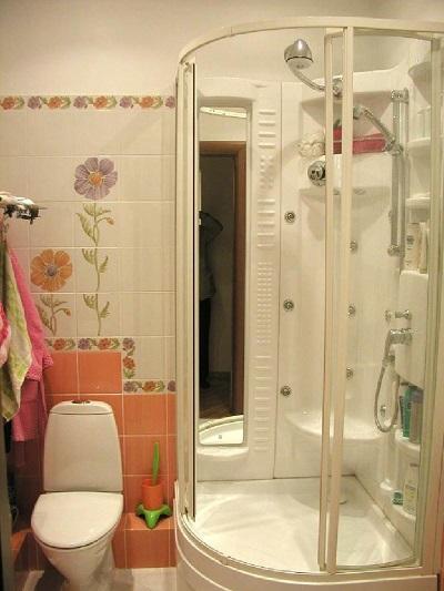 Душкабина в маленькой ванной комнате