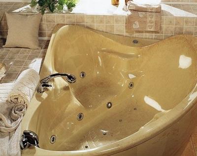 Бежевая угловая ванна с гидромассажем