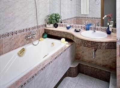 Ванна в небольшой ванной комнате