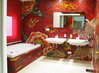 Панно красные цветы в ванной комнате