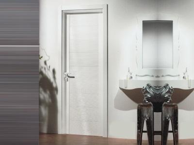 Двери сплошные из ПВХ в интерьере ванной комнаты
