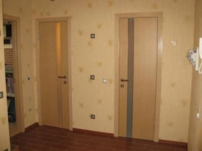 Пластиковые двери для ванной и туалета в интерьере прихожей