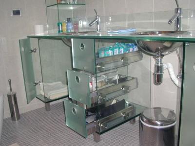 Стеклянные полки в интерьере ванной
