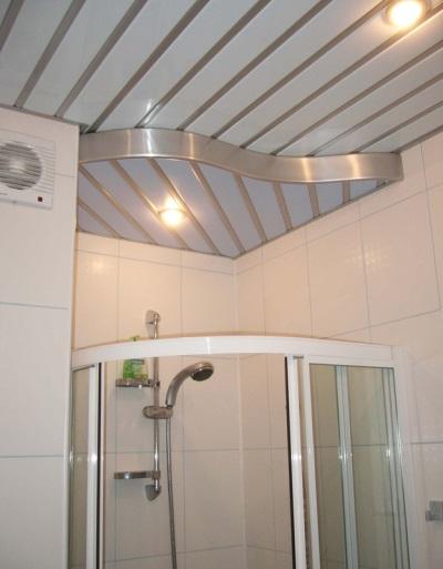 Реечный потолок матовый в ванной комнате