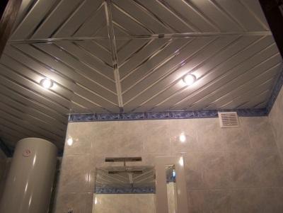 Серебряный реечный потолок в ванной комнате