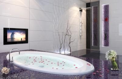 Телевизор, расположенный рядом с ванной