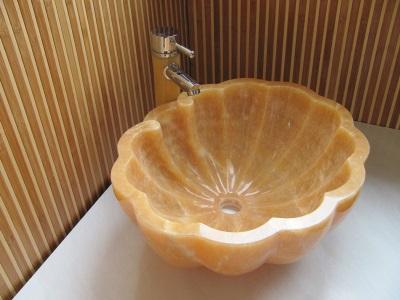 Угловая раковина из оникса