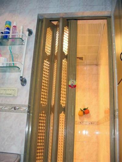Установленная дверь в ванной