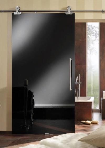 Установленная дверь в ванной комнате