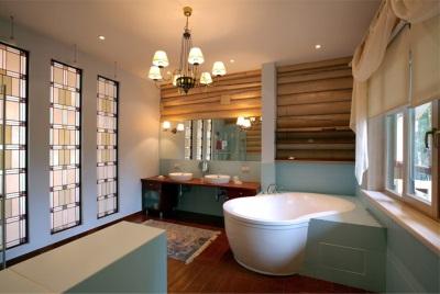 Ванная в доме из дерева