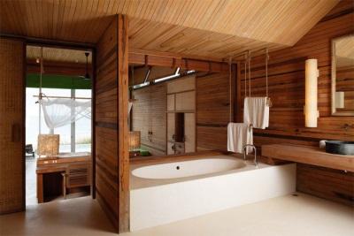 Красивая ванная из дерева