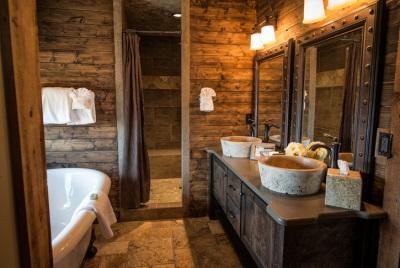 Ванная в стиле шебби шик в деревянном доме