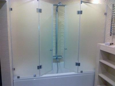 Установленные стеклянные ограждения для ванны