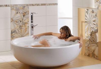 Белая плитка в классической ванной