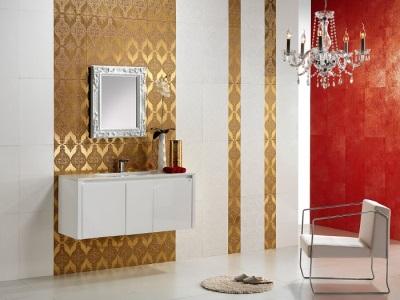 Белая плитка с золотой в ванной