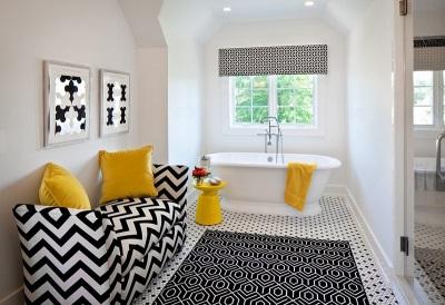 Дизайн ванной в черно-белом цвете с желтыми акцентами