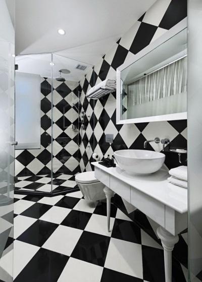 Пол в ванной в виде шахматной доски