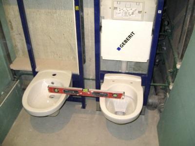 Проверка уровня установки унитаза