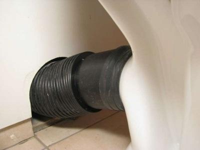 Черная гофрированная труба для подключения унитаза