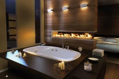 Красивая ванная с камином и свечами