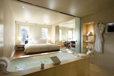 Красивая ванная комната с кроватью