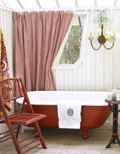 Красная ванна в белом интерьере