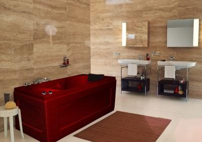 Красная ванна в коричневом интерьере