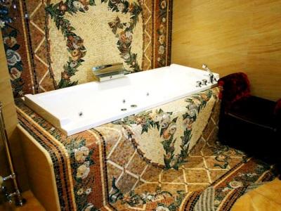 Мозаичное панно в ванной комнате из рассыпной мозаики