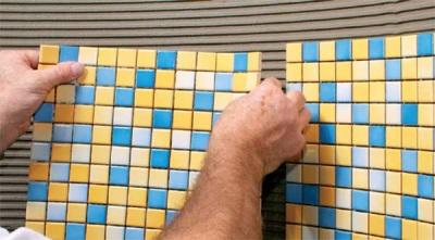 Клеим мозаику на стену в ванной