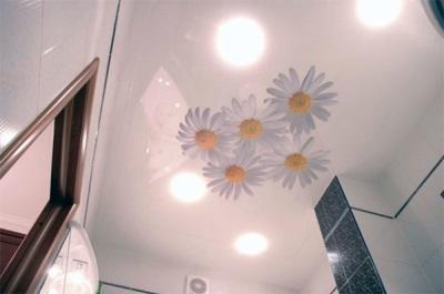 Натяжной потолок в небольшой ванной