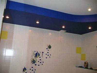 Сочетание облицовки и потолка в небольшой ванной комнате
