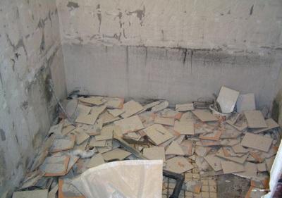 Ванная комната после демонтажа покрытия стен