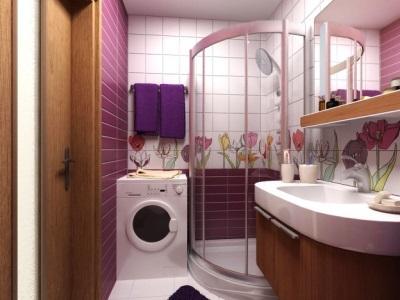 Сиреневая ванная и деревянная мебель