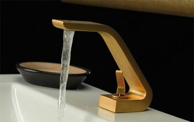 Золотой смеситель для ванны