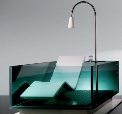 Стеклянная ванна с лежаком