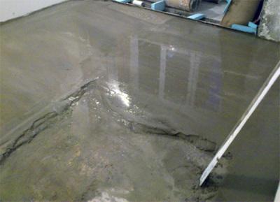 Заливка пола цементно-песочной стяжкой
