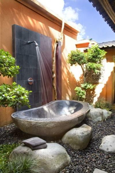 Каменная ванна на улице