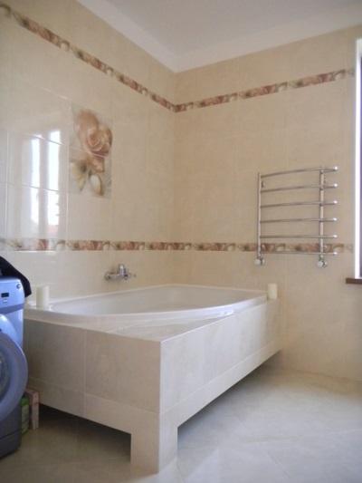 Отделанный каркас для ванной из гипсокартона