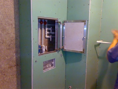 Гипсокартонный короб с ревизионным окном