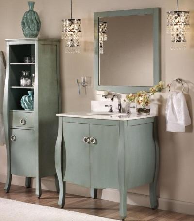 Зеркало в окружении мебели в стиле прованс
