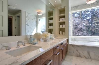 Удобное размещение аксессуаров для ванной комнаты