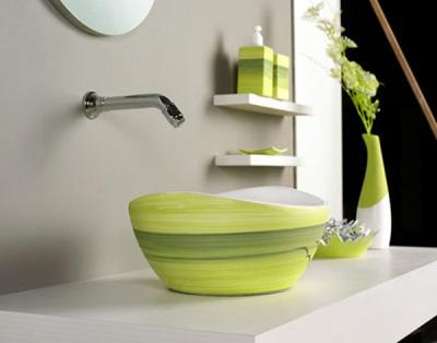 Яркие аксессуары в сочетание со спокойным интерьером ванной